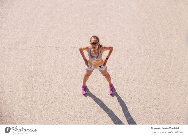 Überkopfporträt einer Läuferin Lifestyle Glück schön Körper Wellness Sommer Sport Joggen Mensch Frau Erwachsene Fitness rennen Overhead Training Mädchen laufen