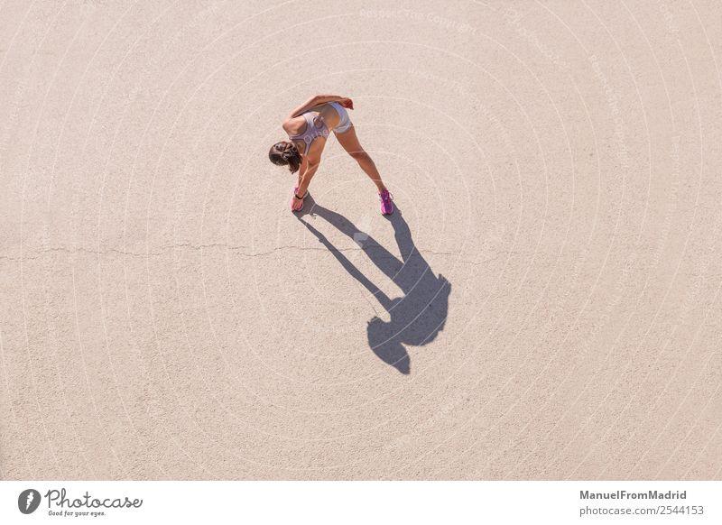 Überkopfansicht einer Läuferin, die sich dehnt. Lifestyle Glück schön Körper Wellness Sommer Sport Joggen Mensch Frau Erwachsene Fitness strecken Overhead