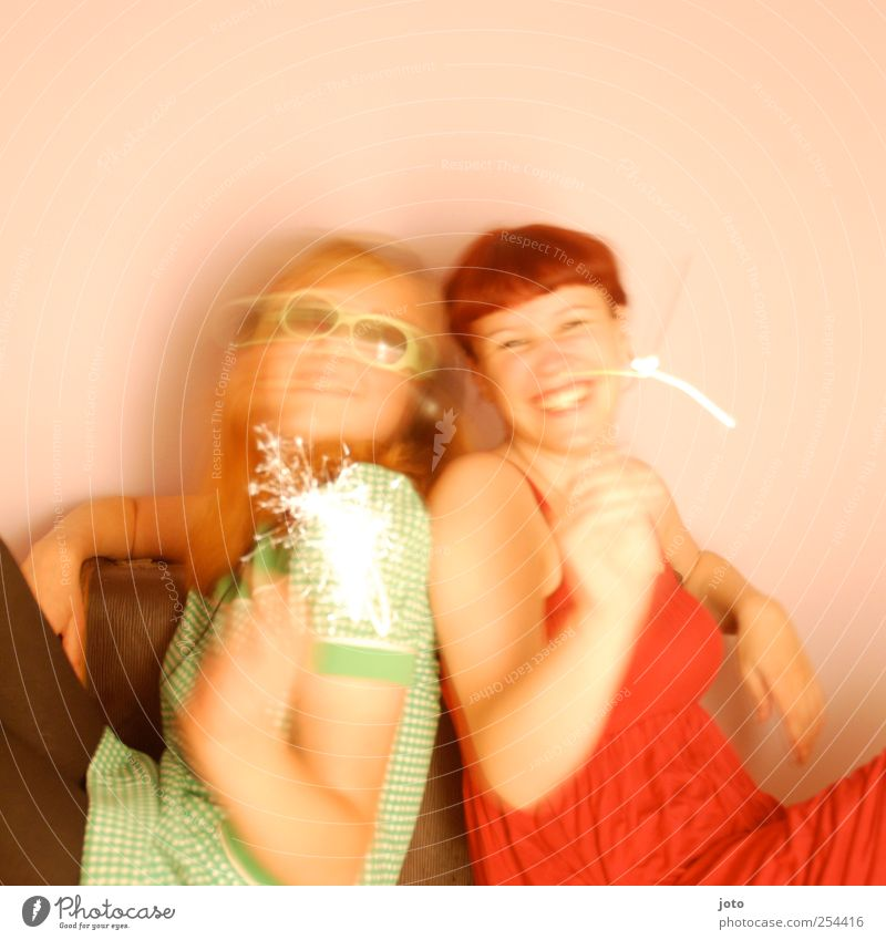 freundinnen Freude Leben harmonisch Nachtleben Party feminin Junge Frau Jugendliche Schwester Freundschaft Paar 2 Mensch lachen leuchten frech Fröhlichkeit