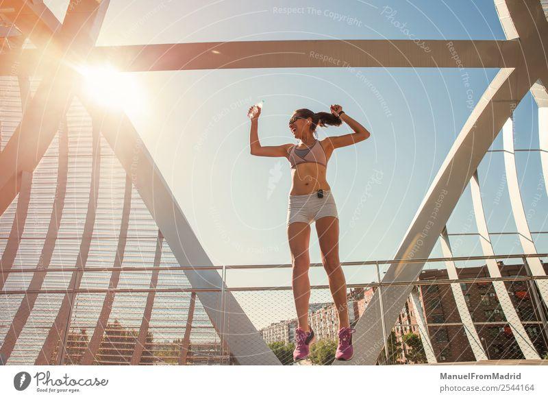 Frau Mensch Sommer schön Lifestyle Erwachsene Sport Glück springen Körper Aktion Erfolg Fitness Wellness Läufer Joggen