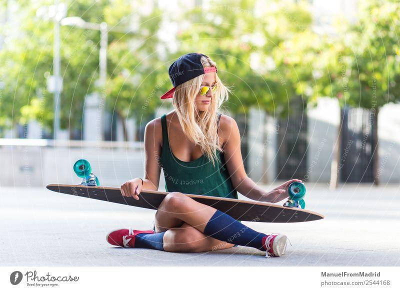 Porträt einer Skaterin Lifestyle Stil Freude schön Sommer Frau Erwachsene Straße Mode Sonnenbrille blond sitzen Coolness trendy jung lässig Skateboard Longboard