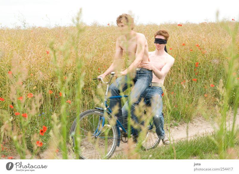 romanze Jugendliche Ferien & Urlaub & Reisen Sommer Freude Glück Paar Zusammensein Feld Ausflug frei Abenteuer Romantik Unendlichkeit Vertrauen Junger Mann entdecken