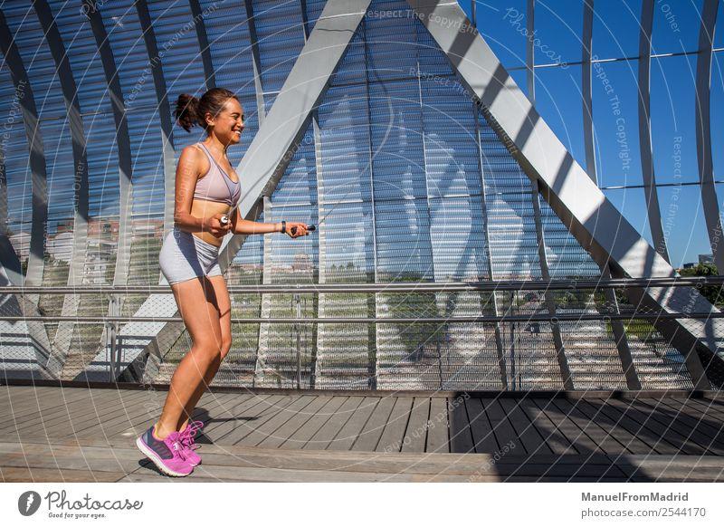 Frau beim Springen Lifestyle Glück schön Körper Wellness Sommer Sport Joggen Mensch Erwachsene Fitness Läufer Seilspringen rennen Training Mädchen laufen Jogger