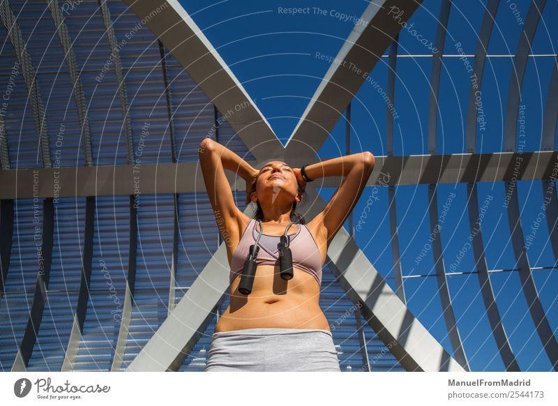 Läuferinnenporträt Lifestyle Glück schön Körper Wellness Sommer Sport Joggen Mensch Frau Erwachsene Fitness Seilspringen rennen Training Mädchen laufen Jogger