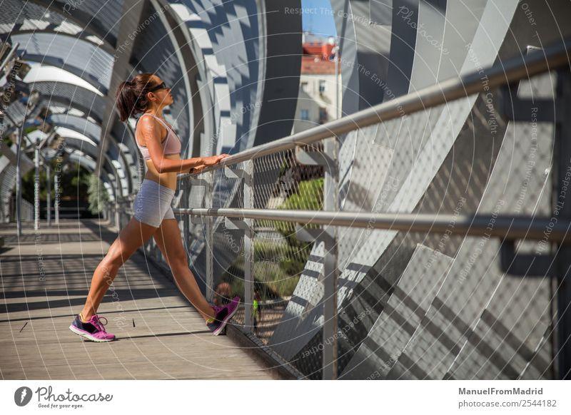weibliche Läuferin beim Strecken Lifestyle Glück schön Körper Wellness Sommer Sport Joggen Mensch Frau Erwachsene Fitness strecken Training Mädchen laufen