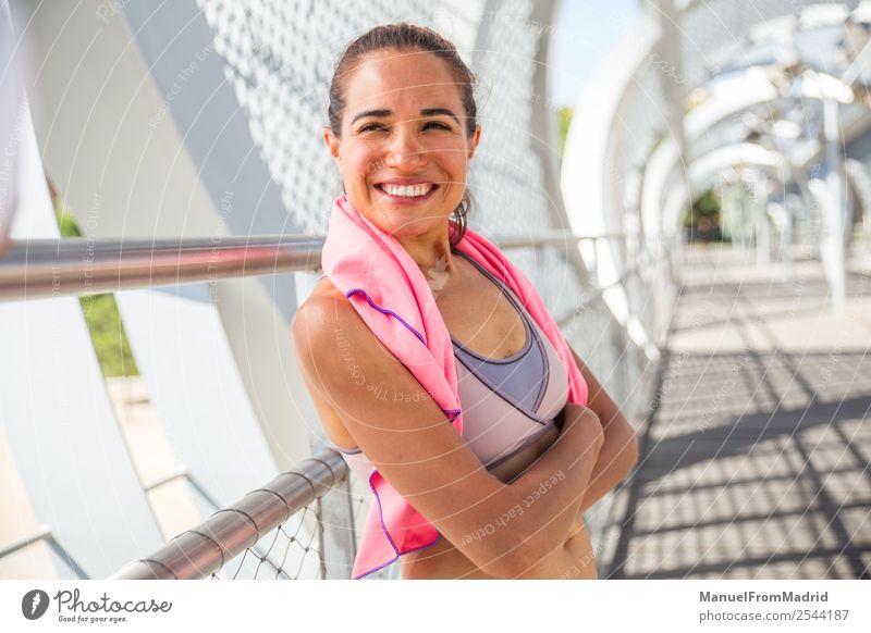 feuriges Läuferporträt Lifestyle Glück schön Körper Wellness Sommer Sport Joggen Mensch Frau Erwachsene Fitness Lächeln Müdigkeit rennen Training Mädchen