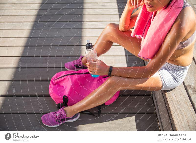 Frau Mensch Sommer schön Lifestyle Erwachsene Sport Glück Körper sitzen Aktion Fitness Wellness Läufer Joggen üben