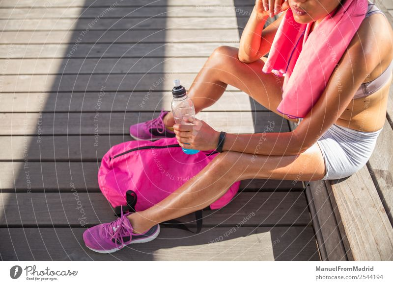 Läuferin ruht sich aus Lifestyle Glück schön Körper Wellness Sommer Sport Joggen Mensch Frau Erwachsene Fitness sitzen aussruhen erschöpft transpirieren
