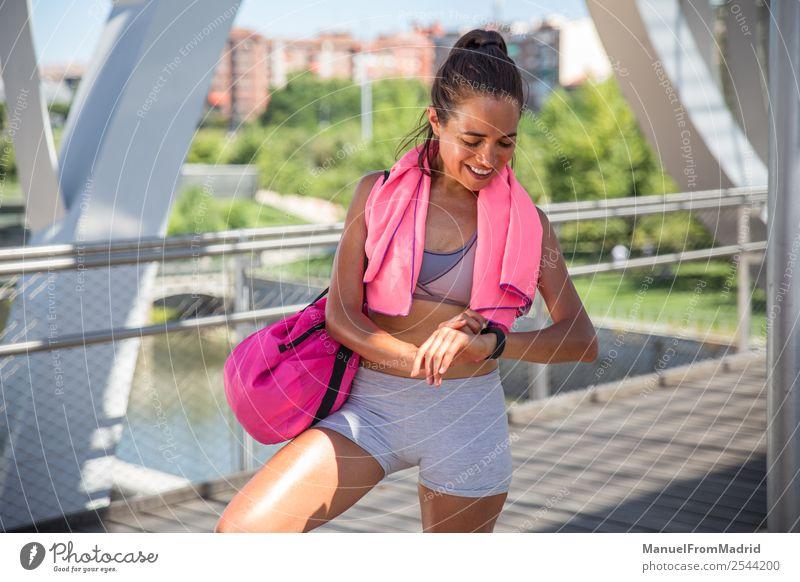 Laufbursche Lifestyle Glück schön Körper Wellness Sommer Sport Joggen Mensch Frau Erwachsene Fitness Läufer rennen Training Mädchen laufen smart-watch Jogger