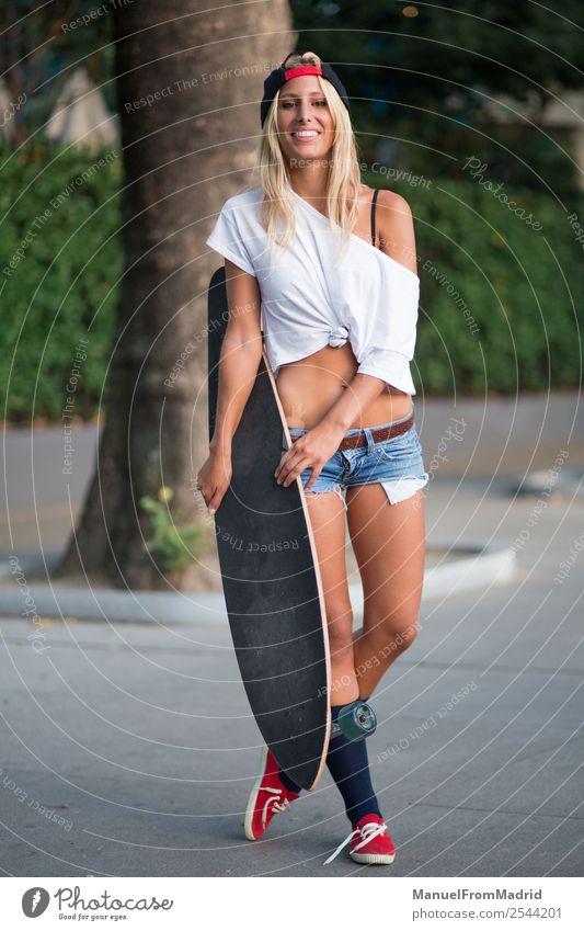 junge Frau Skaterin Lifestyle Stil schön Sommer Erwachsene Straße Mode blond Lächeln stehen Coolness trendy lässig Skateboard heiter Longboard urban attraktiv
