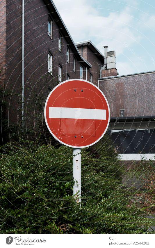 einfahrt verboten Himmel rot Haus Straße Wege & Pfade Gebäude Verkehr Schilder & Markierungen Schönes Wetter Sträucher Hinweisschild Zeichen Pause Fabrik Ende