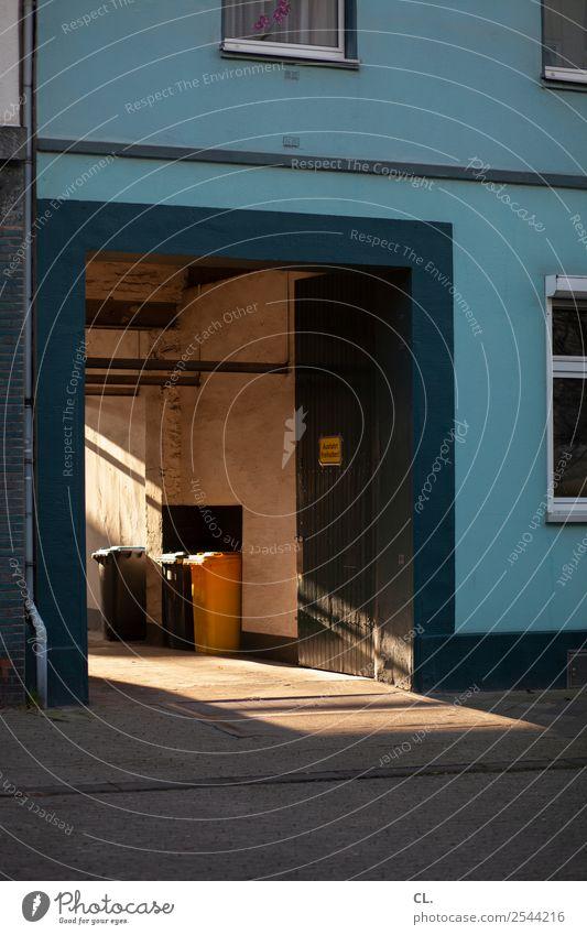 ausfahrt freihalten Schönes Wetter Düsseldorf Stadt Menschenleer Haus Architektur Mauer Wand Fenster Tor Straße Wege & Pfade Müll Müllbehälter