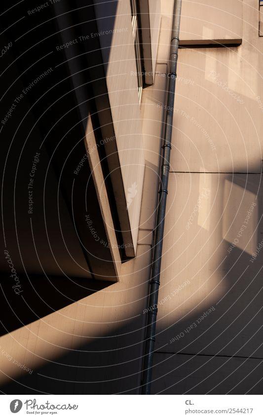fallrohr Menschenleer Haus Hochhaus Gebäude Architektur Mauer Wand Fassade Fenster Fallrohr Röhren Regenrohr ästhetisch braun schwarz Farbfoto Außenaufnahme Tag