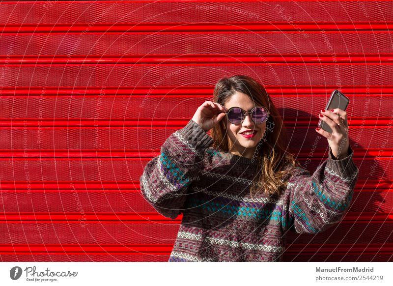 Frau Jugendliche Sommer schön rot Straße Lifestyle Erwachsene Glück Textfreiraum modern Technik & Technologie Lächeln Fröhlichkeit Fotografie Telefon