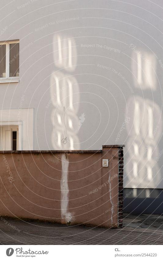 2/4 Kabel Stadt Menschenleer Haus Mauer Wand Fenster Tür Klingel trist Häusliches Leben Sichtschutz Privatsphäre Privatweg Farbfoto Gedeckte Farben