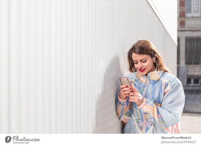 junge Frau mit Telefon im Freien Lifestyle Glück schön Musik PDA Fotokamera Technik & Technologie Mensch Erwachsene Lächeln niedlich klug Lebensfreude Mobile