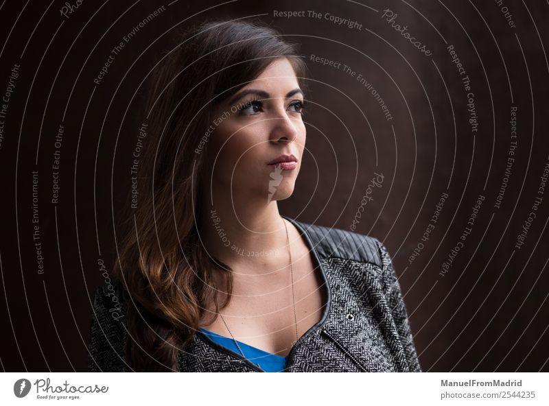 Frauenporträt Stil schön Business Mensch Erwachsene Mode Anzug brünett modern selbstbewußt Fürsorge Geschäftsfrau jung Vor dunklem Hintergrund hübsch Exekutive