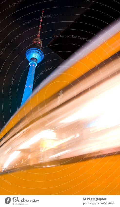 Dynamischer Fernsehturm blau weiß schwarz Haus gelb Architektur Bewegung Hochhaus Eisenbahn Verkehr Turm Wahrzeichen Stadtzentrum Hauptstadt Sehenswürdigkeit