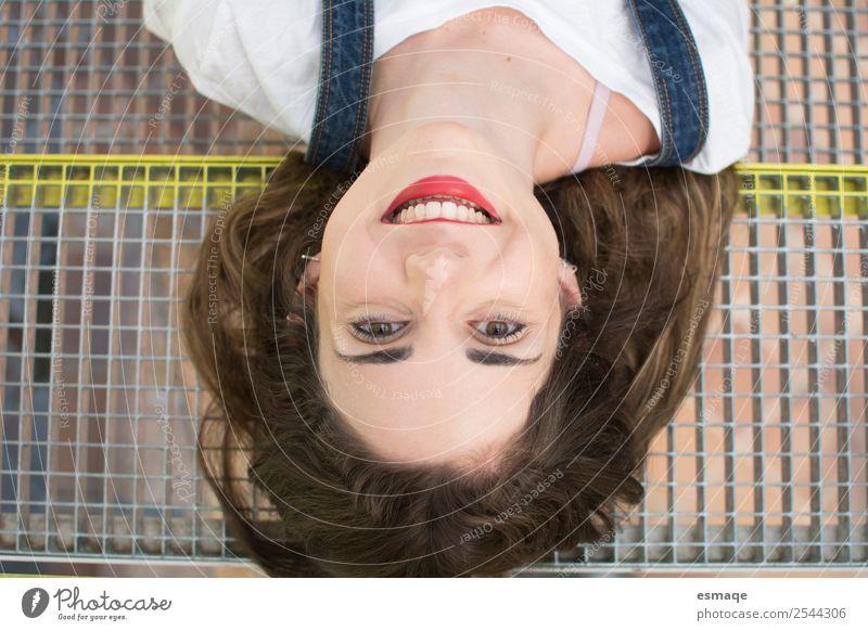 Mensch Jugendliche Junge Frau schön Freude Liebe natürlich lustig feminin lachen Glück Denken retro Lächeln Fröhlichkeit authentisch