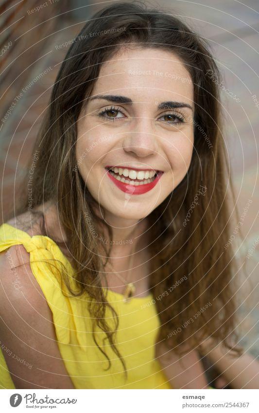 Porträt einer jungen und lächelnden Frau Lifestyle Gesundheit Gesundheitswesen Wellness Leben Junge Frau Jugendliche 1 Mensch Mode Lächeln lachen schön