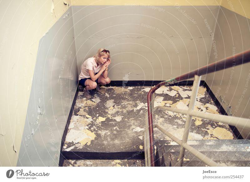 #254437 Junge Frau Jugendliche Erwachsene 1 Mensch Traumhaus Mauer Wand Treppe blond sitzen Traurigkeit dunkel trendy kaputt Gefühle Liebeskummer Erschöpfung