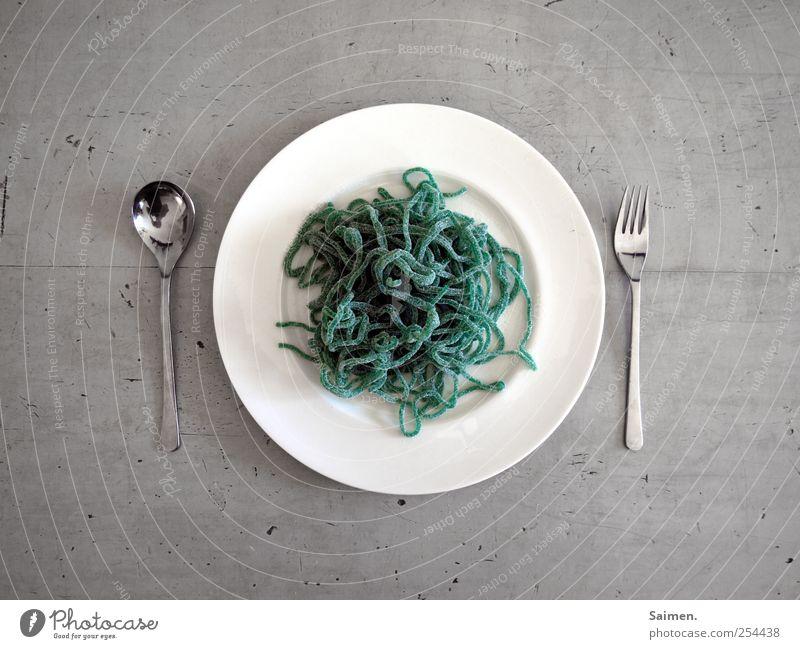 medusa-skalp Lebensmittel Süßwaren Ernährung Mittagessen Geschirr Teller Besteck Gabel Löffel Tisch süß grün Spaghetti Farbfoto Gedeckte Farben Innenaufnahme