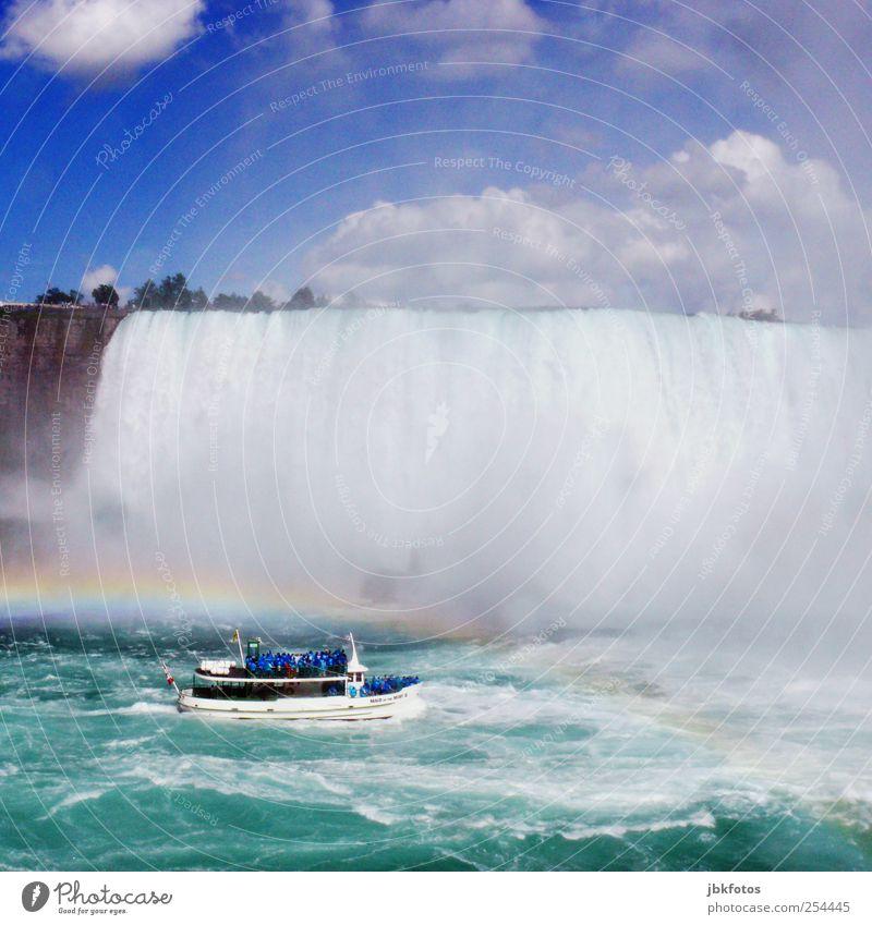 SPRITZTOUR Umwelt Natur Urelemente Wasser fallen fantastisch gigantisch Kitsch blau Kanada Niagara Fälle Bootsfahrt Wasserfall Regenbogen Wassermassen