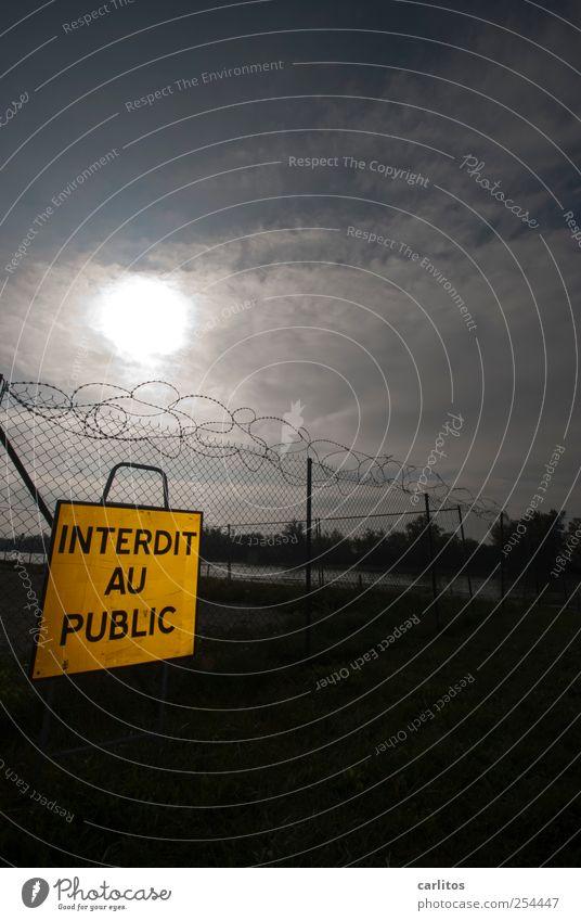 Dann eben nicht ! *motz* Himmel Sonne bedrohlich Stacheldraht Zaun Barriere Verbote Schilder & Markierungen gesperrt Sicherheit Frankreich gelb schwarz Farbfoto