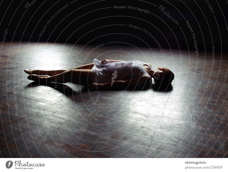 tasting the air you're breathing in Mensch Jugendliche ruhig Einsamkeit feminin Erotik Erwachsene Traurigkeit Körper liegen Bodenbelag Kleid Sehnsucht 18-30 Jahre Müdigkeit Bühne