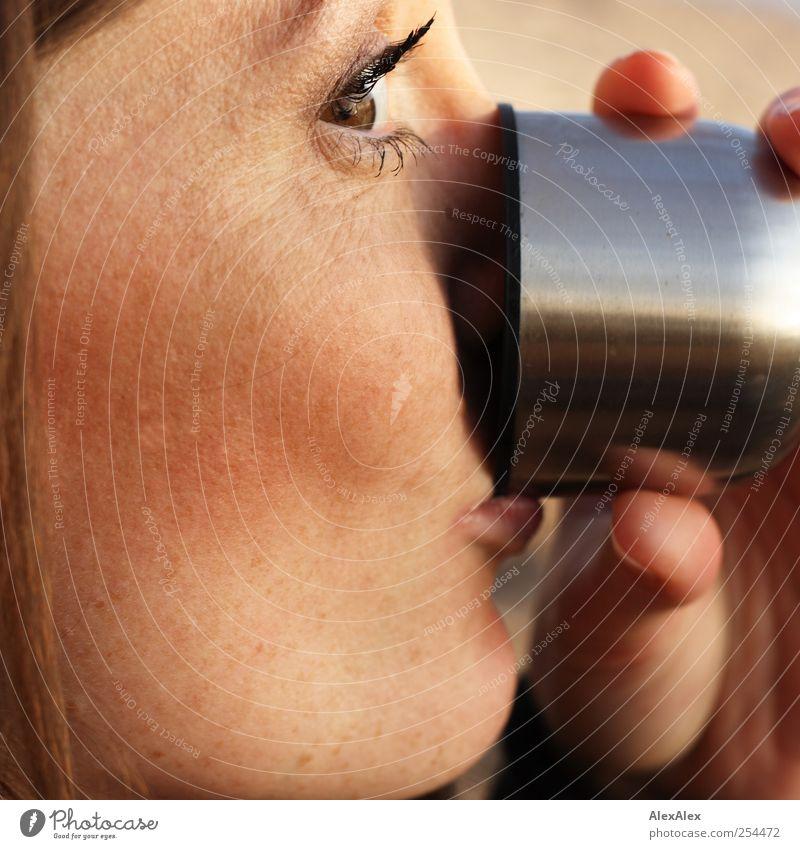 Trink Dich schön! Frau Mensch Jugendliche Hand grün rot Freude Strand Gesicht Auge feminin kalt Herbst Erwachsene Lebensmittel
