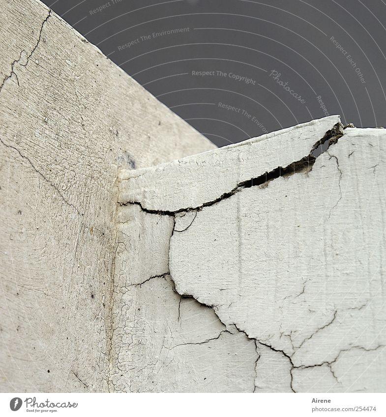 sprunghaft alt weiß Wand Mauer grau Stein Linie Fassade Häusliches Leben Beton Vergänglichkeit kaputt Stress Riss eckig Ruine