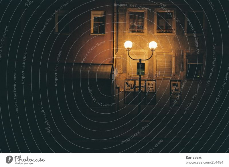 spaziergang no. 23, nachts. Einsamkeit Haus Straße dunkel Fenster Wand Wege & Pfade Mauer Gebäude Fassade Wandel & Veränderung Häusliches Leben Kultur Bauwerk Dorf Ladengeschäft