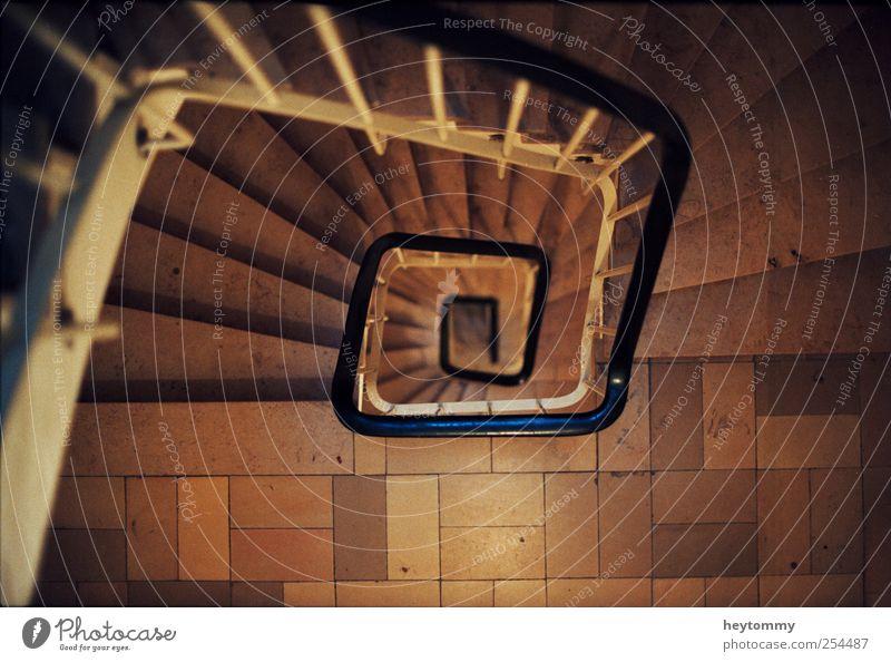 Treppenstrudel Haus Treppenhaus Treppengeländer Flur Unendlichkeit Respekt Geschwindigkeit Mobilität Umzug (Wohnungswechsel) tief anstrengen Ziel Etappenziel