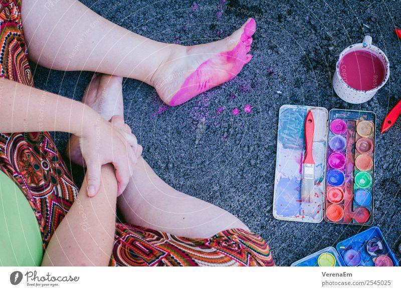 rosa Fußabdrücke Basteln Handarbeit Körper Beine 1 Mensch 18-30 Jahre Jugendliche Erwachsene 30-45 Jahre Kunst Künstler Maler sitzen ästhetisch authentisch