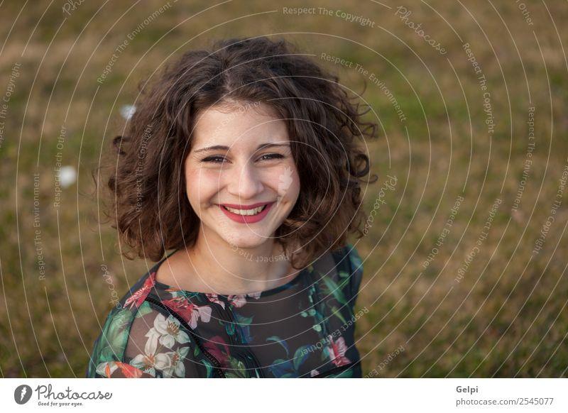 Schönes, kurvenreiches Mädchen Lifestyle Glück schön Haare & Frisuren Schminke Mensch Frau Erwachsene Landschaft Gras Straße Mode Kleid Lächeln Freundlichkeit