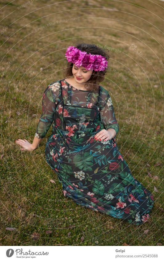 Schönes, kurvenreiches Mädchen Lifestyle Glück schön Haare & Frisuren Schminke Mensch Frau Erwachsene Natur Landschaft Blume Gras Straße Mode Kleid Lächeln