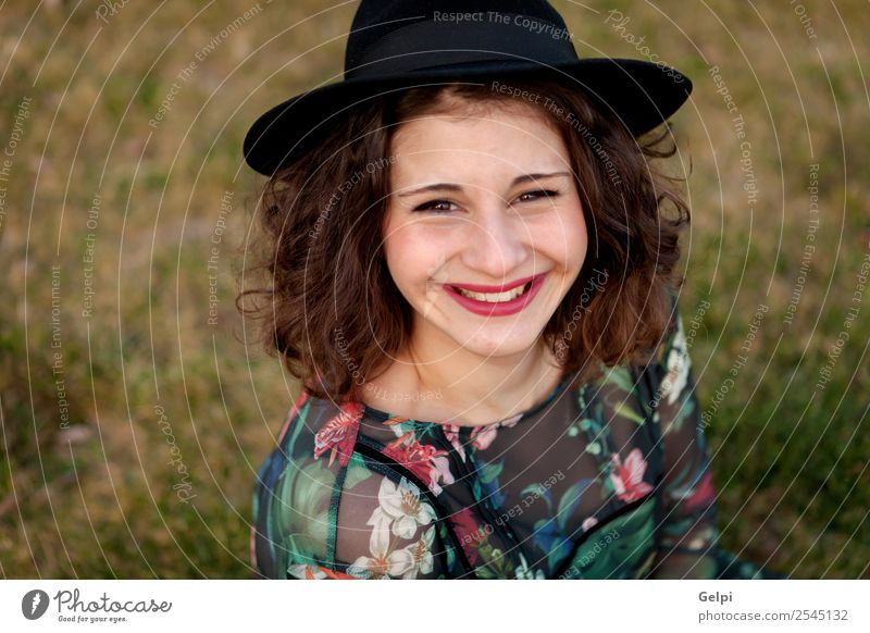 Schönes, kurvenreiches Mädchen Lifestyle Glück schön Haare & Frisuren Schminke Mensch Frau Erwachsene Landschaft Gras Straße Mode Kleid Hut Lächeln