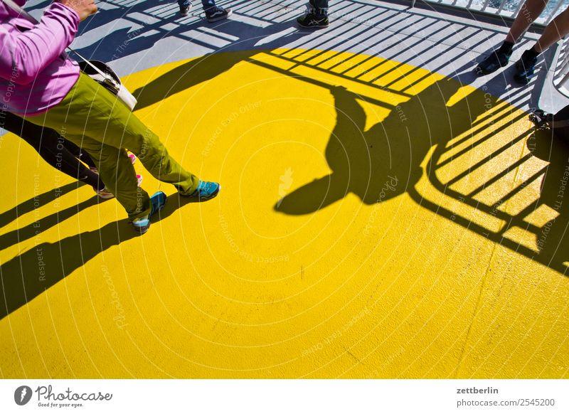 Sonnendeck Mensch Ferien & Urlaub & Reisen Meer Reisefotografie Beine gelb Textfreiraum Wasserfahrzeug Europa stehen warten Schifffahrt maritim Skandinavien
