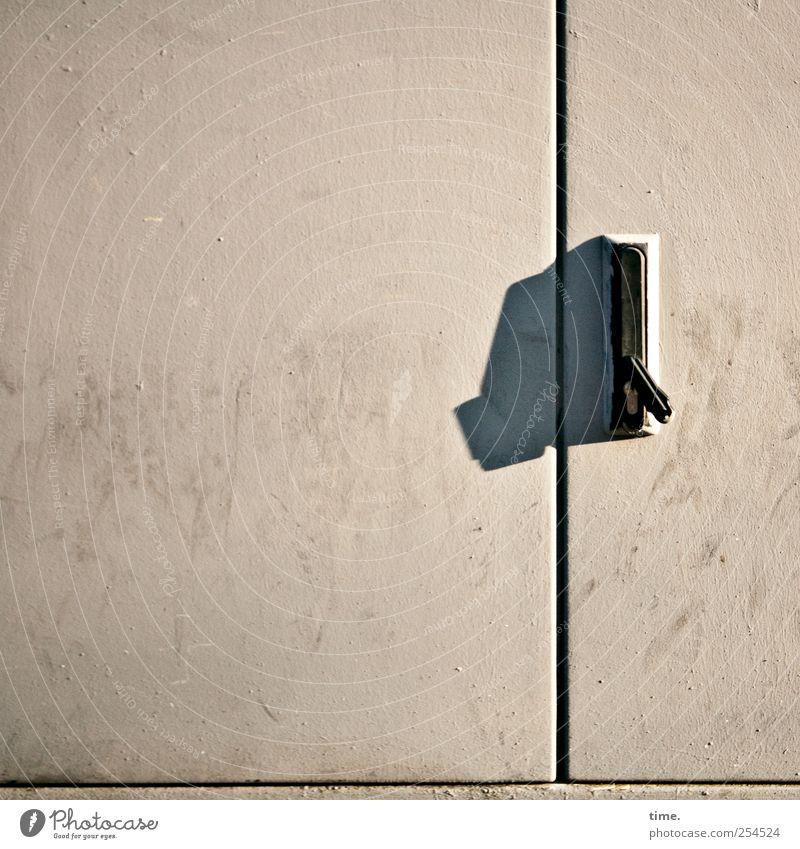Lebenslinien #36 alt Tür geschlossen dreckig Metallwaren Kunststoff Schloss Fleck Fuge Griff Blech Abdeckung verdreht angewinkelt