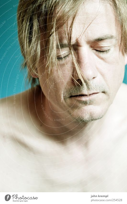 Der Nagel V Mensch Mann blau ruhig Erwachsene Kopf Haare & Frisuren Traurigkeit träumen blond Angst maskulin schlafen Hoffnung geheimnisvoll Sehnsucht