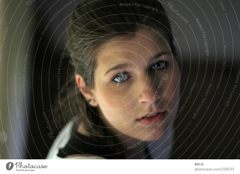 in fremden Zimmern... Frau Mensch Jugendliche schön Erwachsene Gesicht schwarz Auge feminin dunkel Wand Gefühle Kopf Haare & Frisuren Mauer
