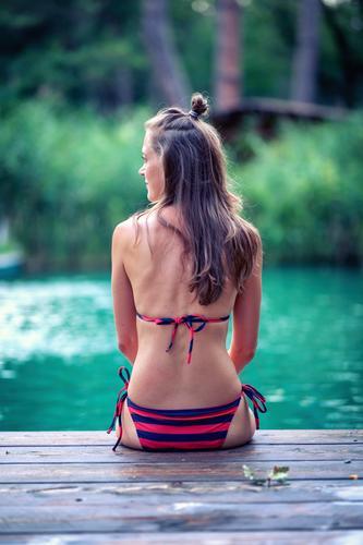 Badezeit Frau Mensch Ferien & Urlaub & Reisen Jugendliche schön Wasser ruhig 18-30 Jahre Erwachsene Schwimmen & Baden Zufriedenheit nachdenklich sitzen Rücken