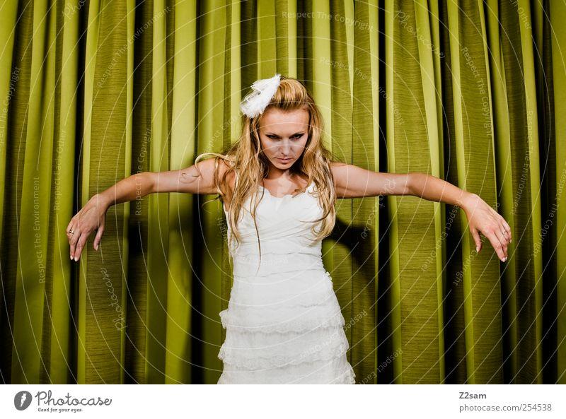marionette Lifestyle Stil Hochzeit feminin Junge Frau Jugendliche 18-30 Jahre Erwachsene Bekleidung Kleid Haarschmuck blond langhaarig Puppe elegant schön