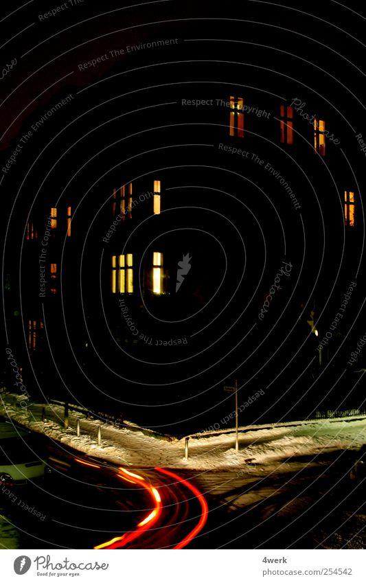 Nachtlicht rot ruhig schwarz Haus Straße träumen warten Autofahren Straßenkreuzung