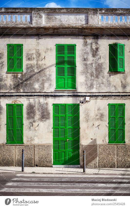 Altbau-Fassade mit grüner Tür und Fensterläden. Häusliches Leben Haus Traumhaus Hausbau Dorf Kleinstadt Gebäude Architektur Stein Holz alt Fensterladen Wand
