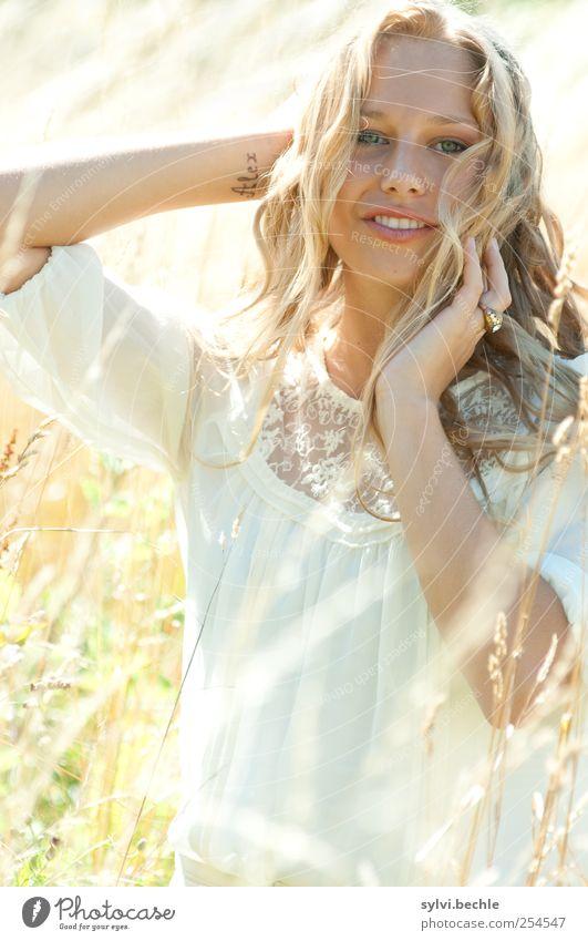 Sunshine Girl Mensch Natur Jugendliche schön Pflanze Sommer Freude Gesicht feminin Leben Erwachsene Haare & Frisuren Gras Bewegung Glück