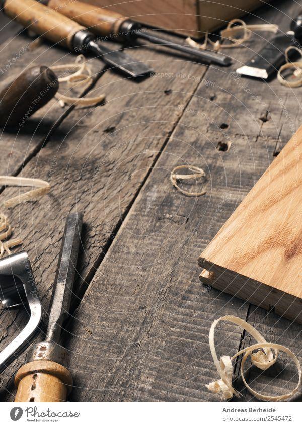 Tischler Werkzeug auf einem alten Holztisch Erwachsenenbildung Arbeit & Erwerbstätigkeit Arbeitsplatz Handwerk Mittelstand Feierabend retro Idee einzigartig
