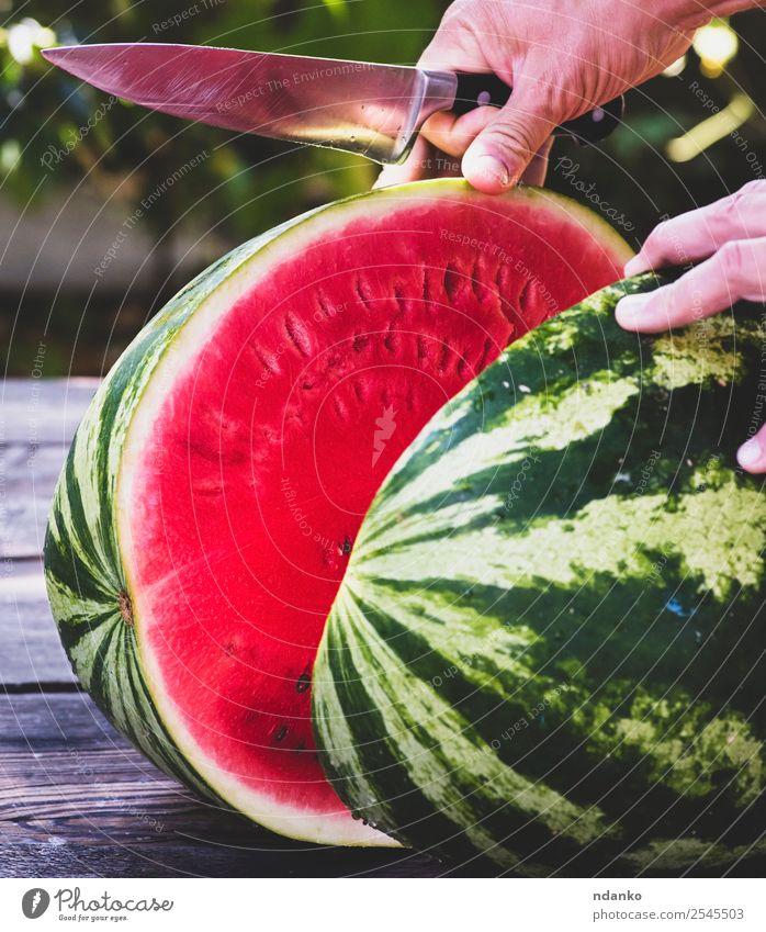 reife große Wassermelone Frucht Dessert Ernährung Vegetarische Ernährung Diät Messer Sommer Hand Natur Essen frisch lecker natürlich saftig grün rot Farbe