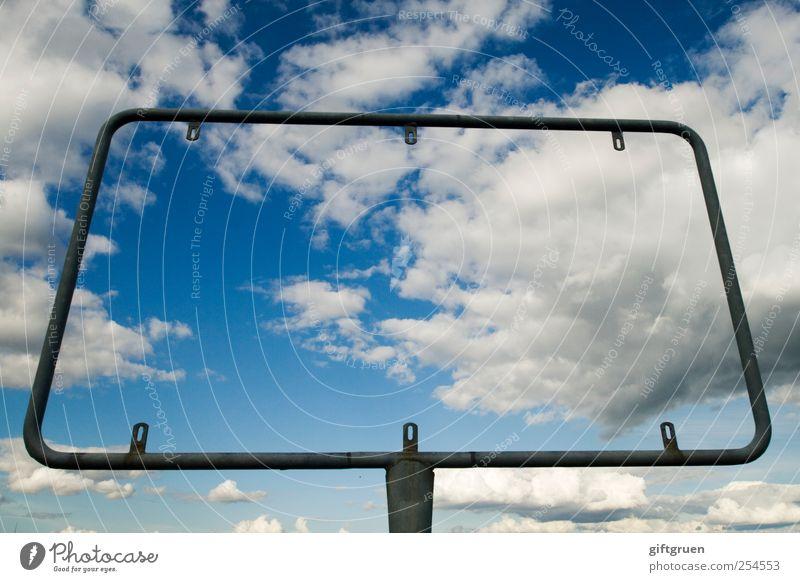 informationsdefizit Himmel Wolken Metall frei leer außergewöhnlich Kommunizieren Hinweisschild Information Symbole & Metaphern Werbung Schönes Wetter skurril