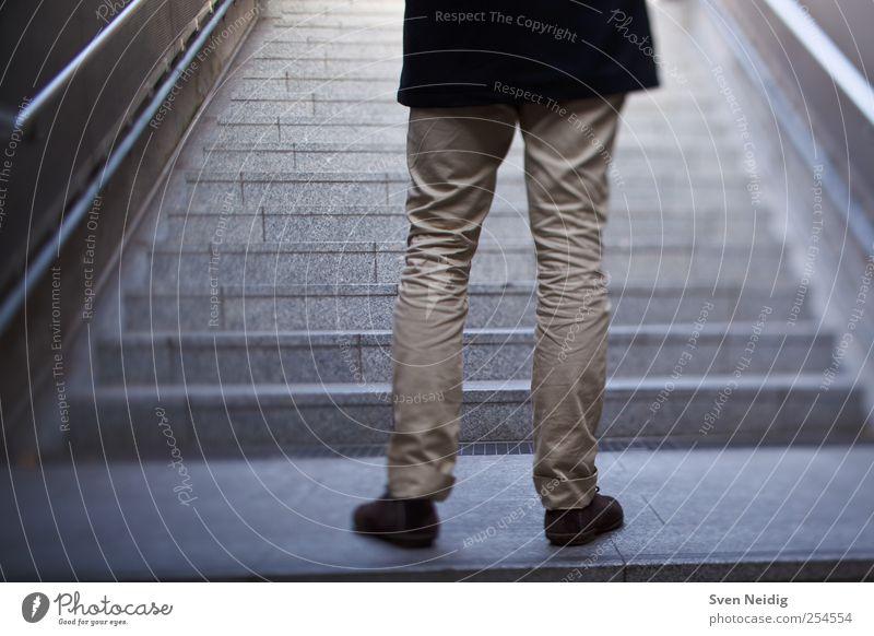 Transit Mensch Beine 1 Verkehrswege Öffentlicher Personennahverkehr blau gelb Farbfoto Gedeckte Farben Tag Kunstlicht Schwache Tiefenschärfe Zentralperspektive